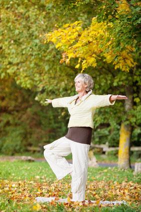 Женщина тренирует свой баланс