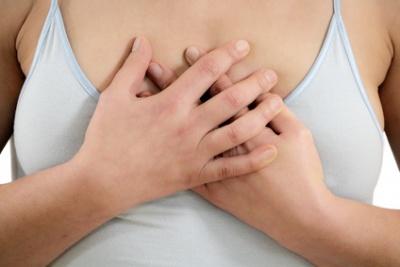 wie fühlen sich knoten in der brust an
