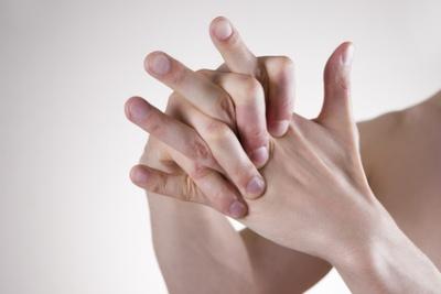 Knackende Gelenke: Was hilft, warum es knackt, wie gefährlich es ist